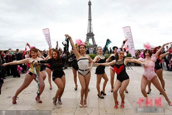 Phụ nữ Pháp tung áo lót kêu gọi phòng chống ung thư vú - 9