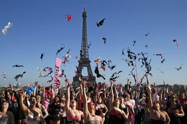 Phụ nữ Pháp tung áo lót kêu gọi phòng chống ung thư vú - 8