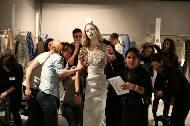Bí mật gây sốc phía sau tấm vé mời fashion week - 2