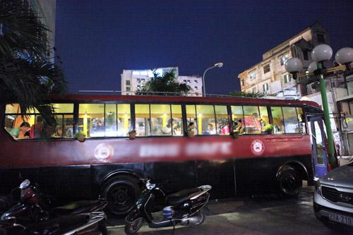 Khám phá quán cà phê trên xe buýt độc nhất HN - 1