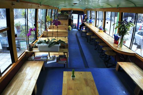 Khám phá quán cà phê trên xe buýt độc nhất HN - 5