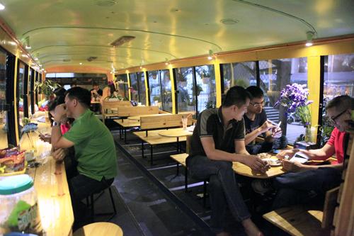 Khám phá quán cà phê trên xe buýt độc nhất HN - 2