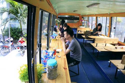 Khám phá quán cà phê trên xe buýt độc nhất HN - 6