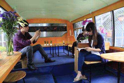 Khám phá quán cà phê trên xe buýt độc nhất HN - 11
