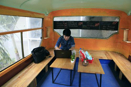 Khám phá quán cà phê trên xe buýt độc nhất HN - 10