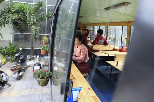 Khám phá quán cà phê trên xe buýt độc nhất HN - 16