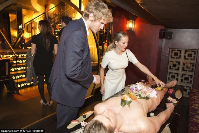 """Quán BarBuddha tại London gây sự chú ý khi tổ chức sự kiện """"Đêm Tokyo"""" với bàn tiệc SuShi được bày trên cơ thể của những người mẫu khỏa thân."""