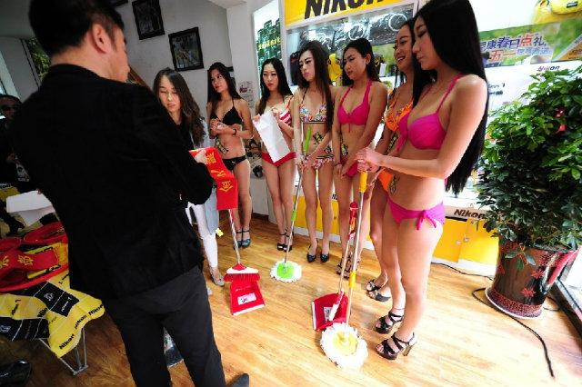Dân mạng bức xúc với hình ảnh PG sexy lau dọn cửa hàng - 1