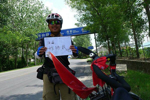 Chàng trai đạp xe 3000 km để cầu hôn người yêu - 2