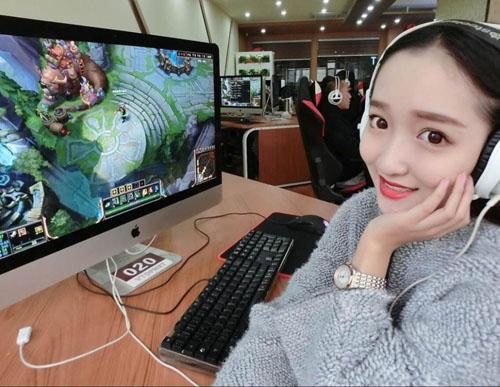 """Nữ game thủ xinh đẹp """"đốn tim"""" đàn ông Trung Quốc - 1"""