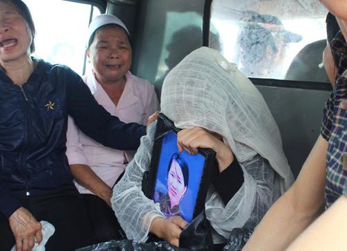 Vụ tai nạn 5 người tử vong: Con bơ vơ bên quan tài bố mẹ - 9