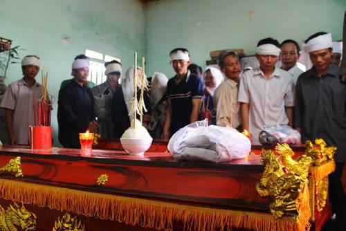 Vụ tai nạn 5 người tử vong: Con bơ vơ bên quan tài bố mẹ - 6