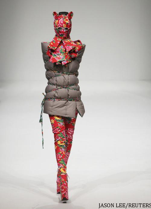 Người mẫu trùm mền, đeo sừng lên sàn diễn Trung Quốc - 2