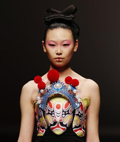 Người mẫu trùm mền, đeo sừng lên sàn diễn Trung Quốc - 3