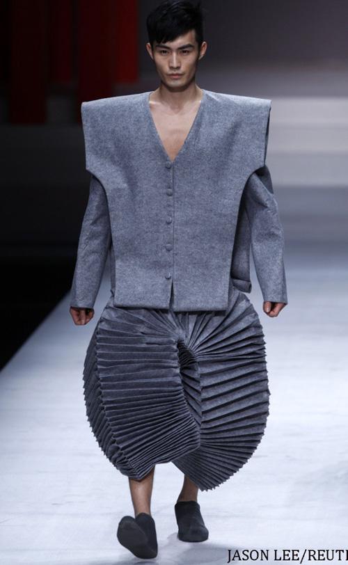Người mẫu trùm mền, đeo sừng lên sàn diễn Trung Quốc - 1
