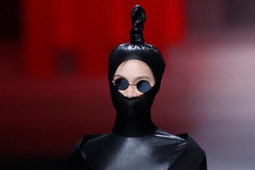 Người mẫu trùm mền, đeo sừng lên sàn diễn Trung Quốc - 11