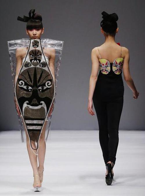 Người mẫu trùm mền, đeo sừng lên sàn diễn Trung Quốc - 4