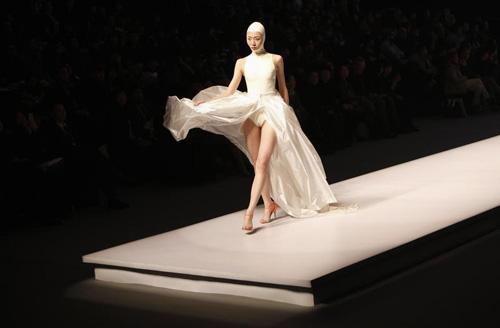 Người mẫu trùm mền, đeo sừng lên sàn diễn Trung Quốc - 8