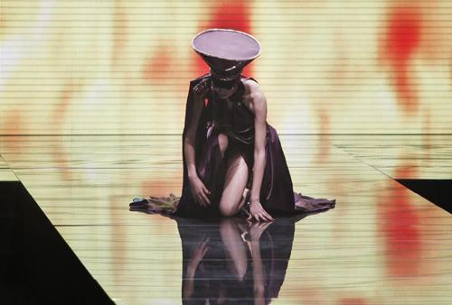 Người mẫu trùm mền, đeo sừng lên sàn diễn Trung Quốc - 18