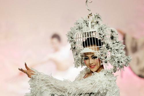 Người mẫu trùm mền, đeo sừng lên sàn diễn Trung Quốc - 13