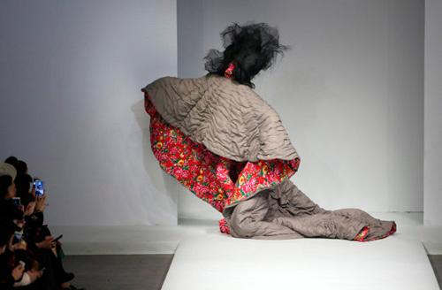 Người mẫu trùm mền, đeo sừng lên sàn diễn Trung Quốc - 16