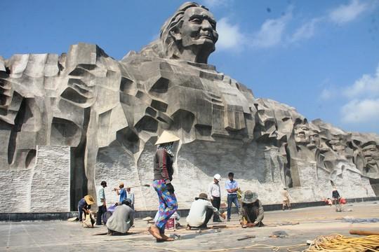 Vừa hoàn thành, nền gạch tượng đài Mẹ VN Anh hùng bị vỡ - 1