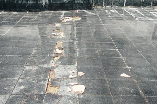 Vừa hoàn thành, nền gạch tượng đài Mẹ VN Anh hùng bị vỡ - 2
