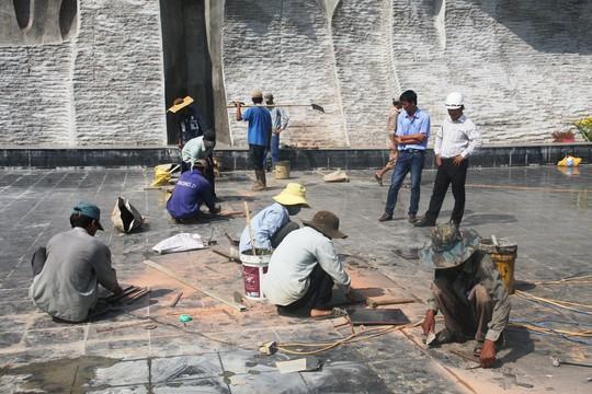 Vừa hoàn thành, nền gạch tượng đài Mẹ VN Anh hùng bị vỡ - 3