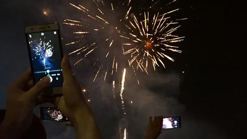 Pháo hoa rực sáng trên bầu trời Sài Gòn, Đà Nẵng - 8