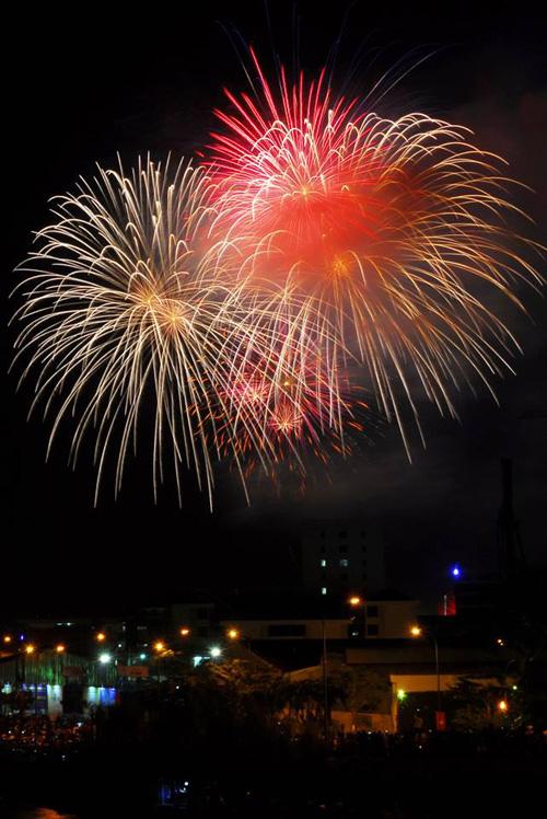 Pháo hoa rực sáng trên bầu trời Sài Gòn, Đà Nẵng - 3