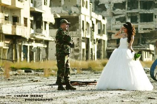 Bộ ảnh cưới táo bạo giữa đống hoang tàn của cặp đôi Syria - 1