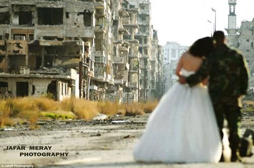 Bộ ảnh cưới táo bạo giữa đống hoang tàn của cặp đôi Syria - 2