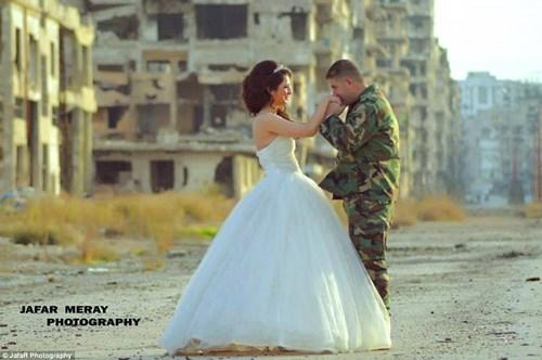Bộ ảnh cưới táo bạo giữa đống hoang tàn của cặp đôi Syria - 4