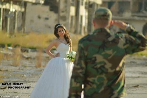 Bộ ảnh cưới táo bạo giữa đống hoang tàn của cặp đôi Syria - 5