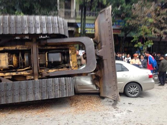 Máy ủi rơi từ xe đầu kéo đè bẹp ô tô, tài xế thoát chết - 2