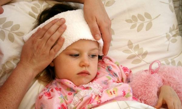 Những cách hạ sốt khiến bé bệnh thêm nặng - 1