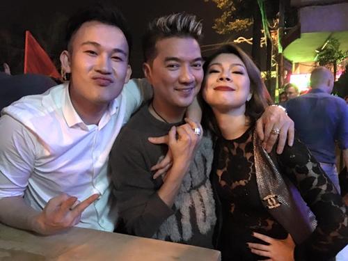 """Facebook sao 1/1: Hà Hồ đón năm mới bên """"trai lạ"""" - 5"""