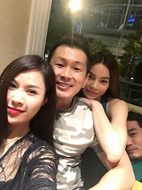 """Facebook sao 1/1: Hà Hồ đón năm mới bên """"trai lạ"""" - 1"""