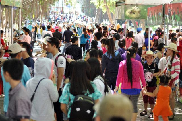 TPHCM: Người đến chơi quá đông, công viên cũng… tắc - 3