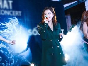 Giải trí - Văn Mai Hương 'đốn tim' fan tại chợ đêm Hà Nội