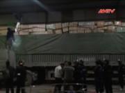 Video An ninh - Đột kích 2 kho hàng, thu giữ gần 70 tấn hàng lậu