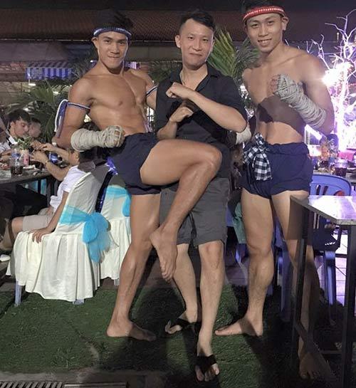 Võ sỹ Muay Thái vui vẻ bên người đẹp nóng bỏng - 8