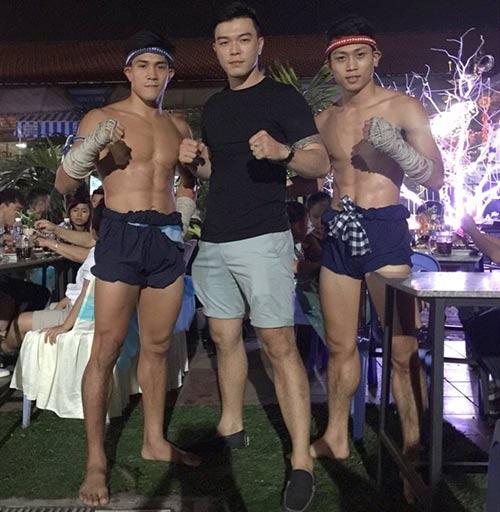 Võ sỹ Muay Thái vui vẻ bên người đẹp nóng bỏng - 9