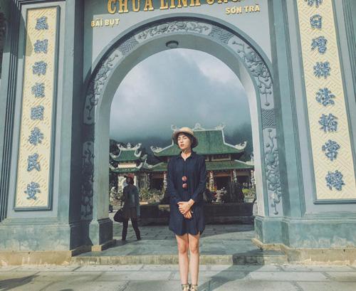 Facebook sao 2/1: Hoa hậu Kỳ Duyên mặc phản cảm đi chùa - 1