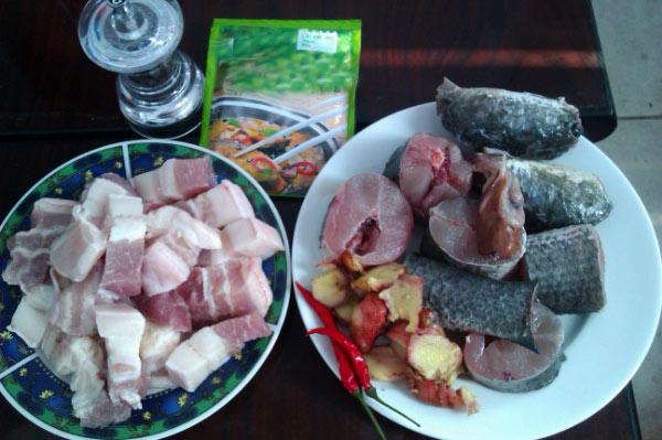 Bữa tối nóng hổi với cá kho thịt ba chỉ thơm ngậy - 1