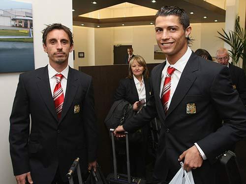 Ronaldo – Neville: Đồng đội thân thiết hóa đối thủ - 9
