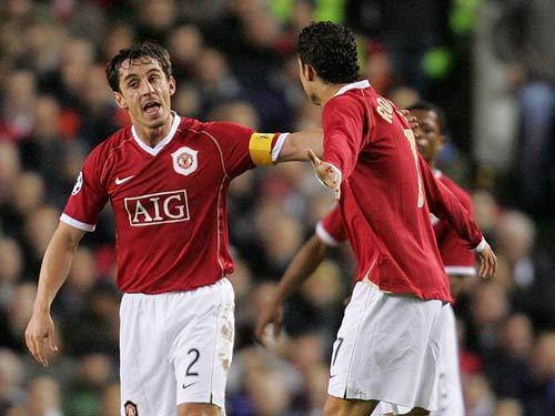 Ronaldo – Neville: Đồng đội thân thiết hóa đối thủ - 6