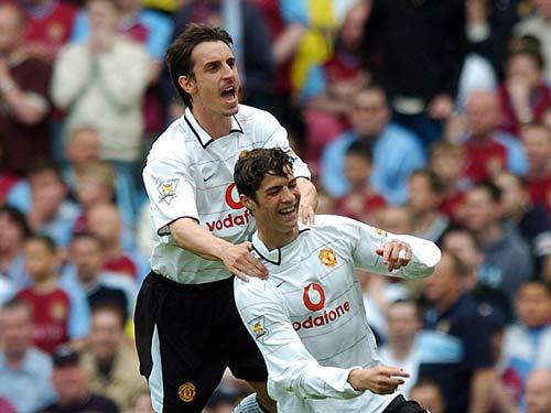 Ronaldo – Neville: Đồng đội thân thiết hóa đối thủ - 3