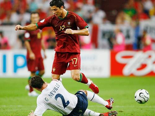 Ronaldo – Neville: Đồng đội thân thiết hóa đối thủ - 5