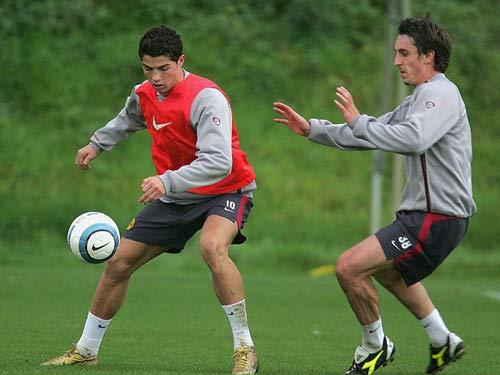 Ronaldo – Neville: Đồng đội thân thiết hóa đối thủ - 2